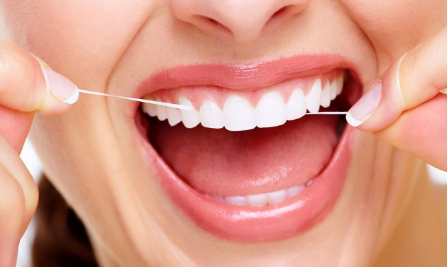 Как достать зубную нить между зубов